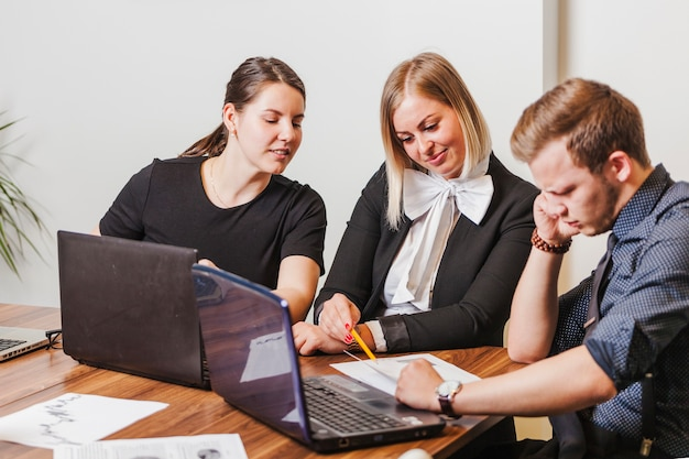 Persone sedute alla scrivania a parlare
