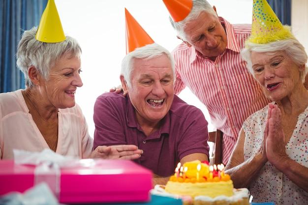 Persone senior che festeggiano il compleanno