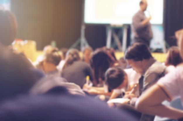 Persone sfocate che imparano e insegnano nell'auditorium