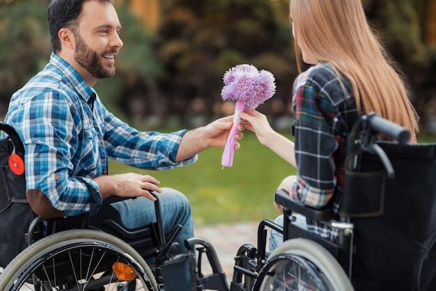 Persone su sedie a rotelle. concetto di amore