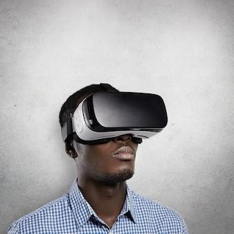 Persone, tecnologia, giochi e concetto di cyberspazio.