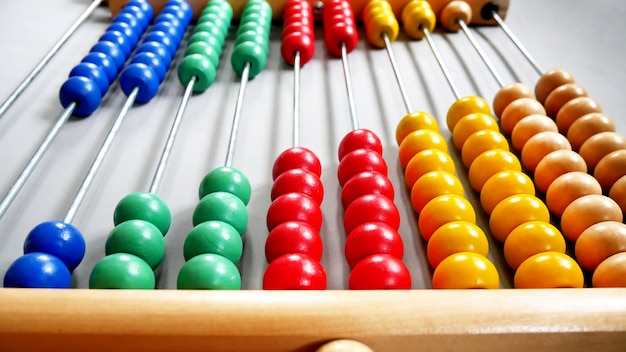 Perspective abacus per la pratica di conteggio su sfondo grigio visto dal davanti