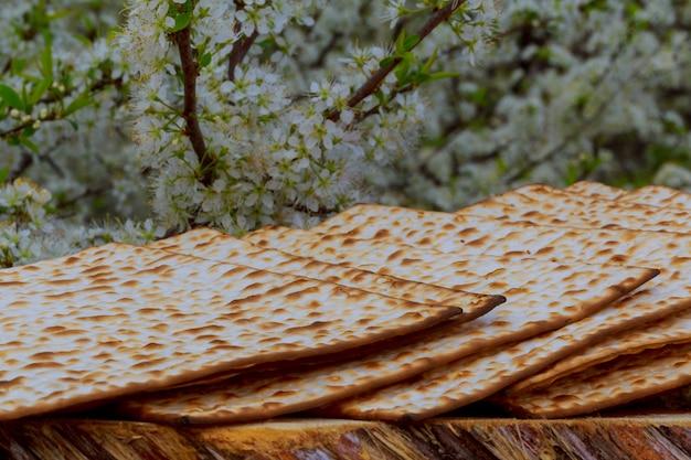 Pesach natura morta con pane pasquale ebraico di vino e pane azzimo