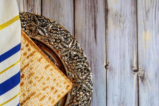 Pesah ebraico che celebra, matzoh e tradizionale piatto seder con tallit