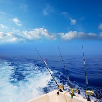 Pesca a traina in barca nell'oceano blu profondo al largo