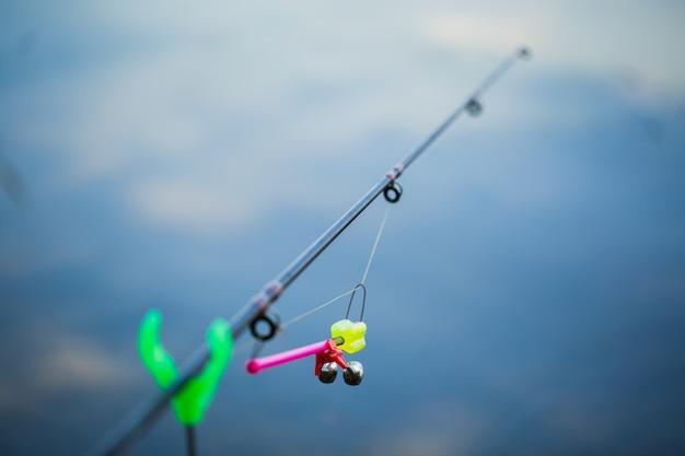 Pesca d'acqua dolce con canne da pesca sulla riva dello stagno, lago