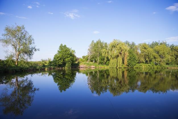 Pesca estiva su un bellissimo lago