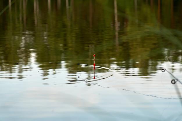 Pescando su un lago la sera d'estate