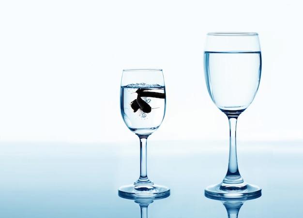 Pescare nel bicchiere in cerca di un concetto di aumento e miglioramento