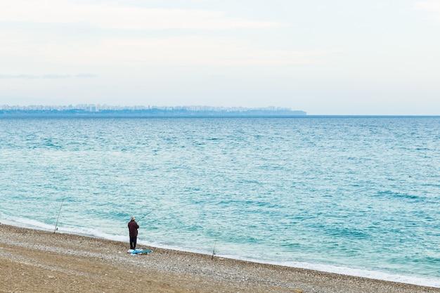 Pescatore a istanbul sulla spiaggia del bosforo