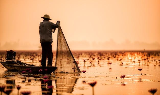 Pescatore del lago in azione durante la pesca, thailandia