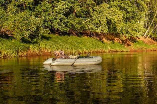 Pescatore pescare con un gommone