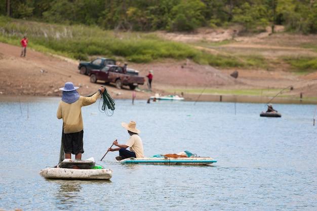 Pescatori che pescano al fiume