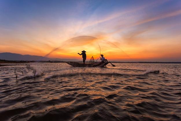 Pescatori in una barca sul lago