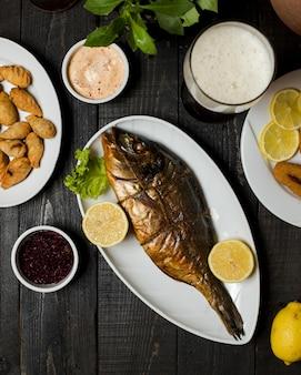 Pesce affumicato servito con limone