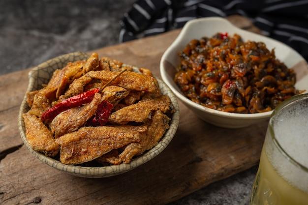 Pesce al forno con il concetto asiatico dei frutti di mare della salsa.