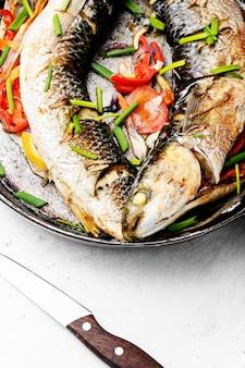 Pesce al forno in padella