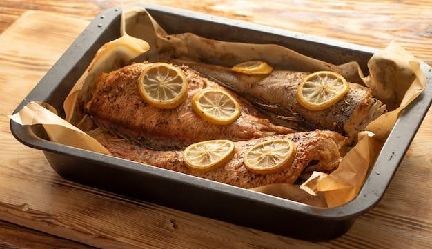 Pesce al forno in una teglia