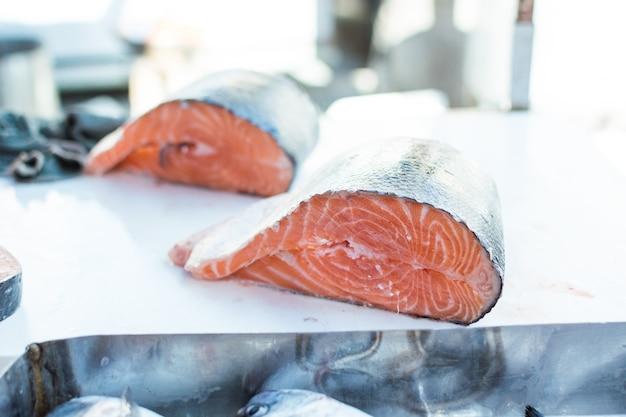 Pesce al salmone al mercato