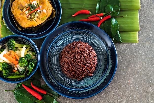 Pesce al vapore con pasta di curry e riso a bacca