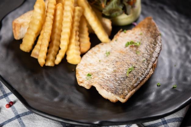 Pesce alla griglia con patatine fritte