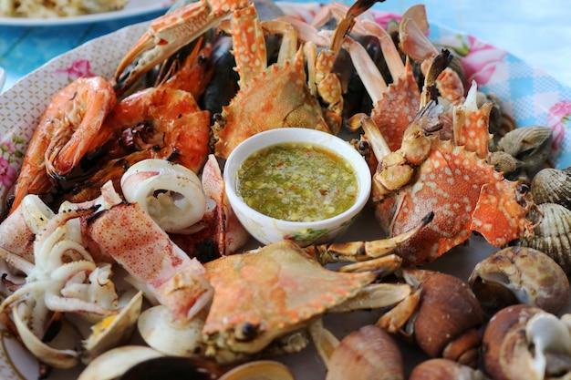 Pesce alla griglia con salsa piccante, mescolare griglia con granchio, gamberetti, guscio e calamari.