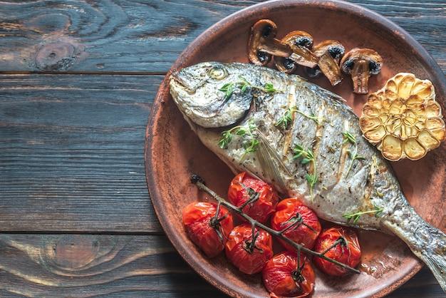 Pesce alla griglia con timo e pomodorini