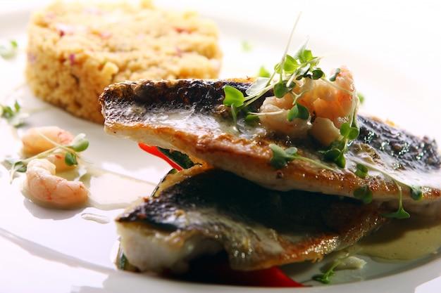Pesce alla griglia gourmet servito con gamberi