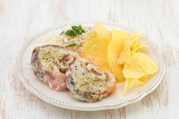Pesce bollito con patatine e riso