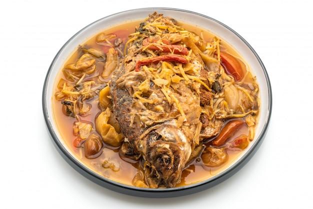 Pesce carpa bollita con lattuga sott'aceto