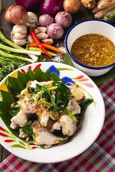 Pesce cotto a vapore con immersione bollita, alimento locale di esan tailandese, tailandia.