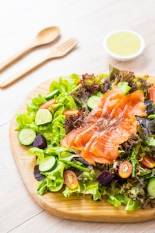 Pesce crudo di carne di salmone affumicato
