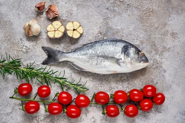 Pesce crudo di dorado con verdure