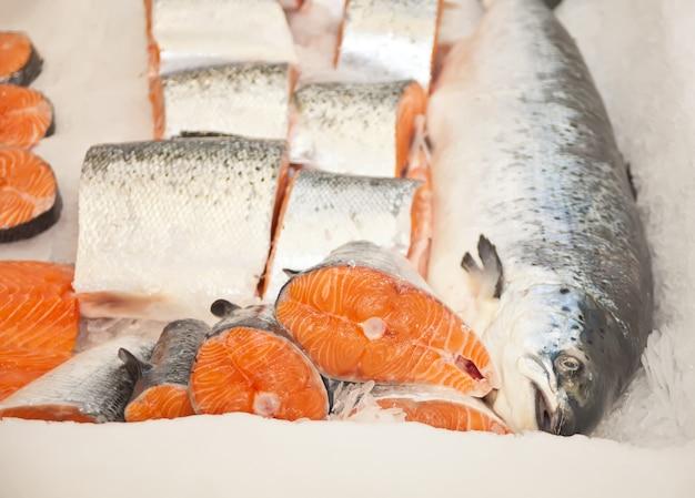 Pesce crudo fresco raffreddato con ghiaccio nel mercato dei frutti di mare.