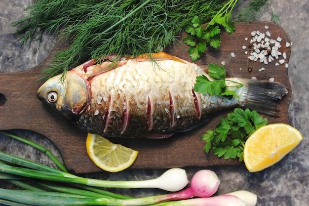 Pesce crudo. messa a fuoco selettiva. messa a fuoco selettiva cibo.