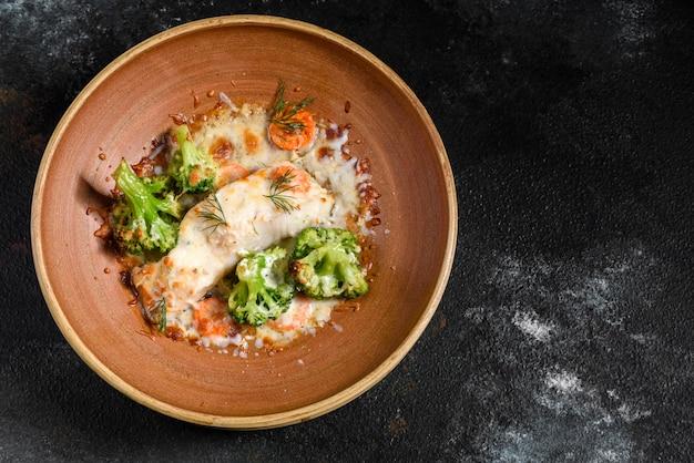 Pesce di mare al forno fresco con i broccoli
