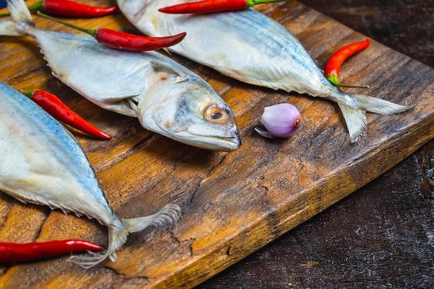 Pesce di sgombro sul tagliere di legno