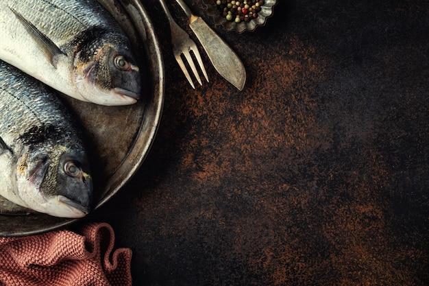 Pesce dorado con ingredienti su marrone