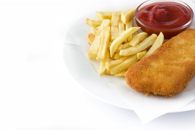 Pesce e patate fritte britannico tradizionale isolato sulla superficie bianca copyspace