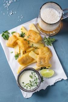 Pesce e patatine con salsa