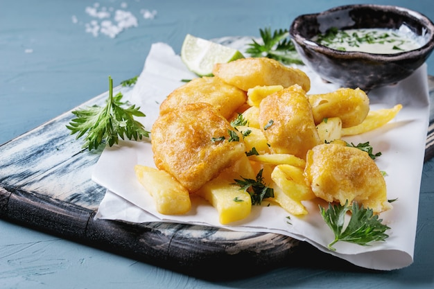 Pesce e patatine fritte con salsa