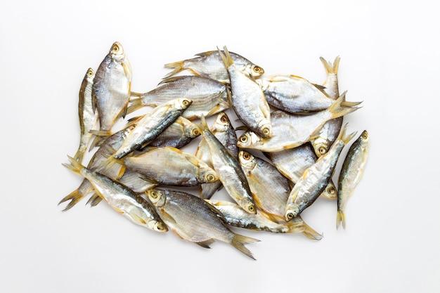 Pesce essiccato su una superficie bianca. vista piana, vista dall'alto.
