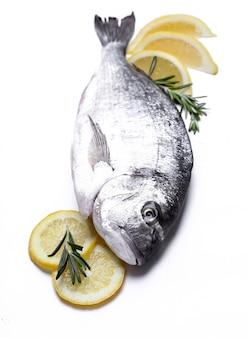 Pesce fresco con il limone su bianco