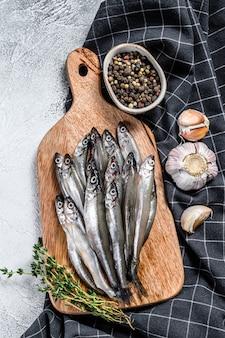 Pesce fresco crudo del capelin sul tagliere
