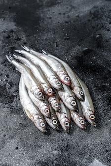 Pesce fresco crudo del capelin sulla tavola nera