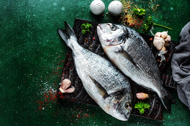 Pesce fresco di dorado con ingredienti
