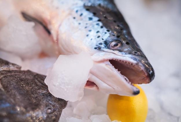 Pesce fresco e ostriche nel ristorante.