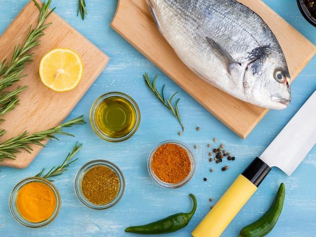 Pesce fresco su una tavola di legno pronto per essere cucinato