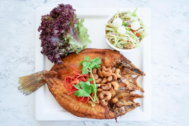 Pesce fritto con insalata piccante. stile di cibo tailandese