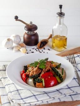 Pesce fritto con verdure in salsa di pepe nero